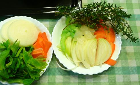 クリスマス用チキンのための香味野菜。すべてオーガニック!一部庭からブチッっと取ってきました。